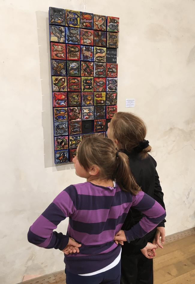 Les élèves découvrent l'exposition de Marie Bazin